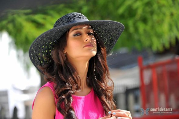 telugu movie devudu chesina manushulu ravi teja ileana love making stills 16 586x390 Ileana admits being nervous during Barfi!