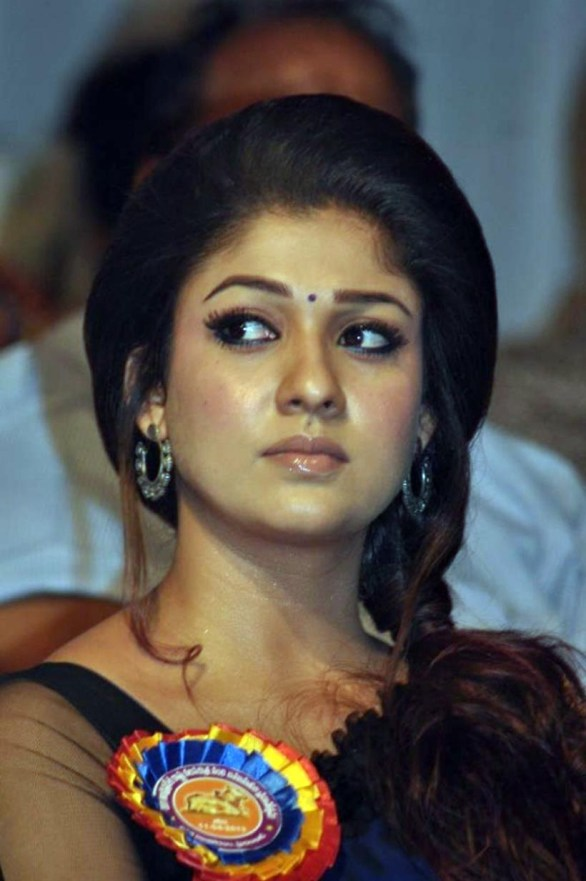 nayanthara stills at nandi awards 2011 function 16 586x881 Nayanatara Hot in Saree