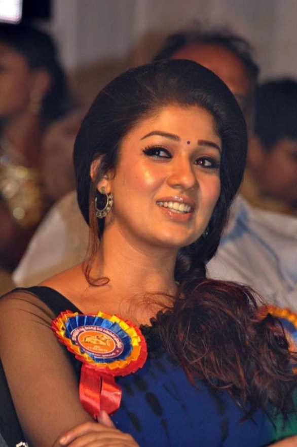 nayanthara stills at nandi awards 2011 function 21 586x881 Nayanatara Hot in Saree