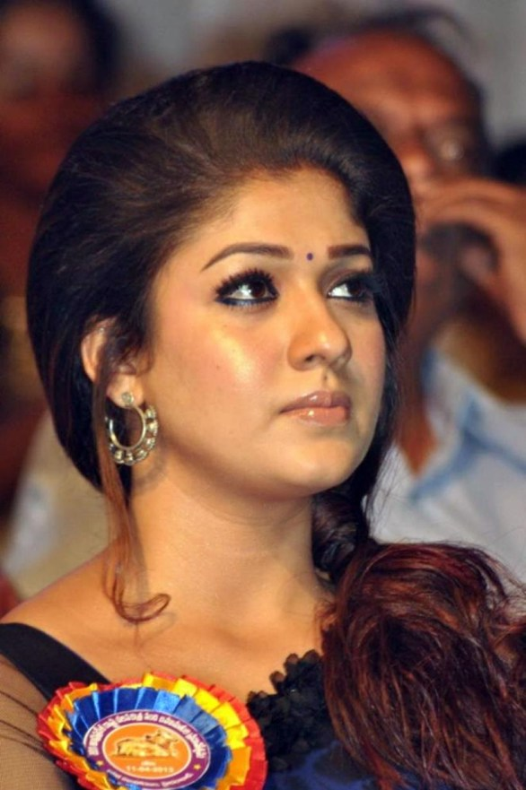 nayanthara stills at nandi awards 2011 function 24 586x881 Nayanatara Hot in Saree