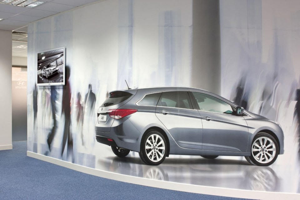Image of Hyundai Training Centre curved office walls with bespoke digital wallpaper branding