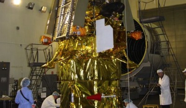 A Russian report blames space radiation for the failure of the Phobos-Grunt spacecraft (see here above during pre-launch preparations), but the report raises as many questions as it tries to answer (Credits: Roscosmos).