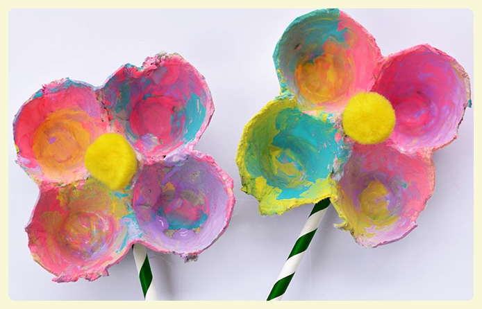 Egg carton flowers craft - Splatter flower paintbrush craft - discover this, and other flower crafts for kids, in anticipating of Spring!