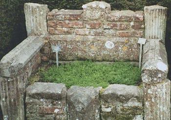 English: Herb garden seat Sissinghurst castle ...