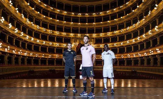 Il Palermo Calcio presenta la maglia con il nuovo sponsor