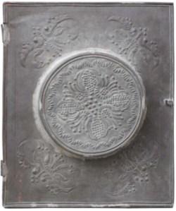 Првобитна метална кутија у којој се чува Повеља