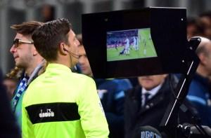 Consulta do VAR pelo árbitro.
