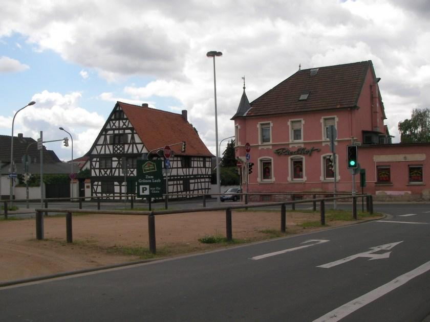 Der alte Riedhof (rechts). Links das Nikolosehaus, desses Zukunft gerettet scheint.