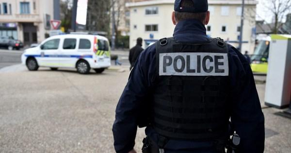 ©PHOTOPQR/LE PROGRES/Rémy PERRIN - Saint-Étienne 30/03/2020 - Controle Police -Controle police nationale (UDSTC Unité de sécurisation des transports en commun) et police municipale dans le cadre du confinement lié à l'épidemie de Coronavirus Covid-19 dans les transports en commun de Saint-Etienne (Loire). Les usagers doivent justifier leur presence sur la voie publique. Illustration controle police / police municipale (MaxPPP TagID: maxnewsworldfive096393.jpg) [Photo via MaxPPP]