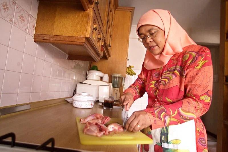 madam halimah seen here preparing food in the kitchen of her yishun home 2004 photo lianhe zaobao