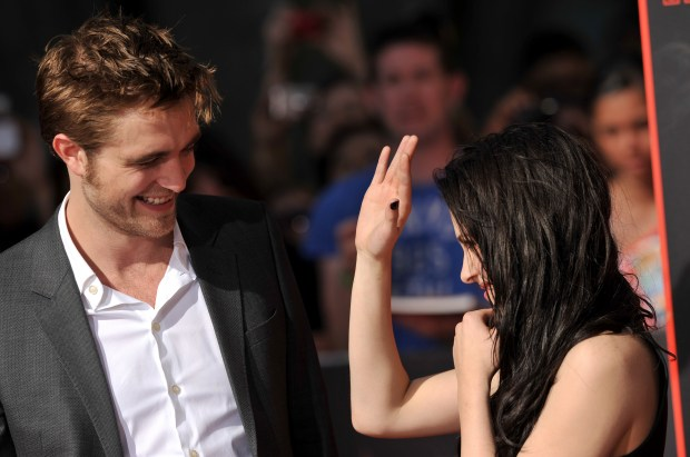 Kristen-Rob-s-Hollywood-Handprints-Ceremony-HQ-robert-pattinson-and-kristen-stewart-26533910-2560-1703