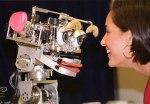 Cynthia Breazeal faisant face à la tête robotique Kismet.