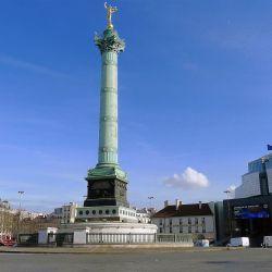 Place de la Bastille vue depuis le 4e arrondissement ; au centre la colonne de juillet et à droite l'opéra Bastille.