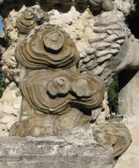 La pierre d'achoppement, à l'origine du Palais. Emplacement : sur la terrasse, façade ouest.