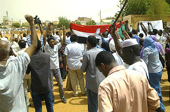 مظاهرة لطلاب جامعة الخرطوم في ذكرى اغتيال الطالب علي أبكر والشرطة تتدخل