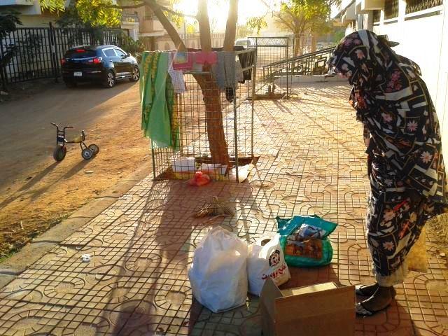 بالصور: أم وطفلها يسكنون بالعراء في أحد أحياء العاصمة الراقية !! Hl
