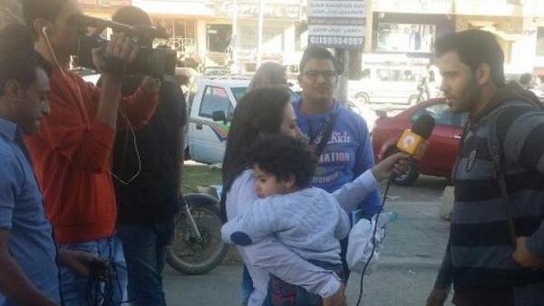 حكاية صورة لمراسلة فضائية وابنها أثارت جدلاً في مصر