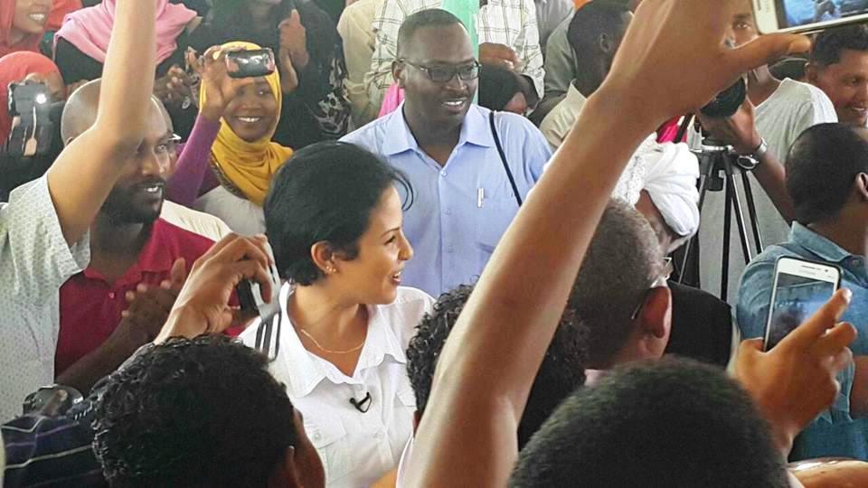 بالصورة : تدافع حشود من المعجبين نحو ( نانسي عجاج ) خلال جولتها في شق الديار !!
