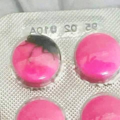 بالصورة : العثور على صرصور مغلف داخل أقراص دوائية !