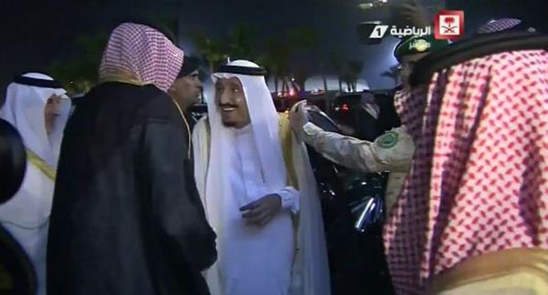 """بالفيديو: الملك سلمان يمازح الأمير عبدالله : """" وين الشنب؟"""""""