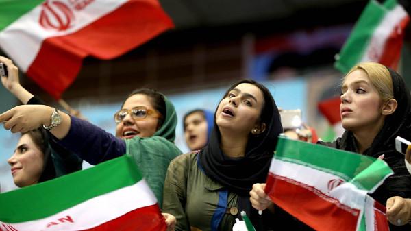 حكومة روحاني تتراجع وتستمر بمنع النساء من دخول الملاعب