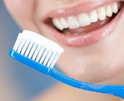 لماذا يتوجب عليك تنظيف أسنانك في الظلام