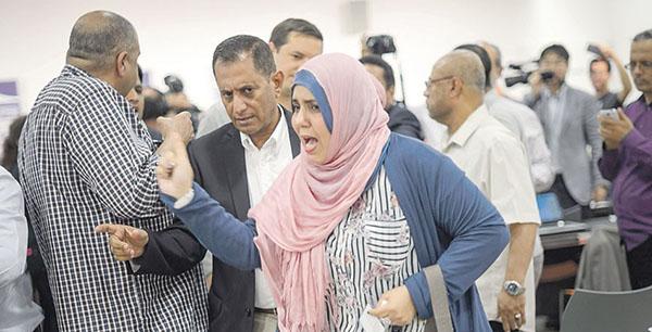 الصحفية اليمنية ترفض بيع حذائها الذي ضربت به الحوثي بجنيف
