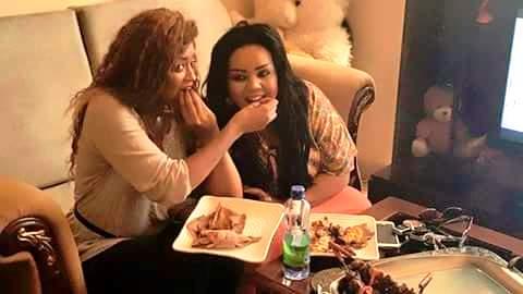 صورة للفنانة السودانية ( ندى القلعة ) تأكل من يد صديقتها تثير سخرية مواقع التواصل !
