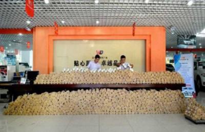 صيني يجمع 70 ألف جنيه استرليني بالعملة المعدنية لشراء سيارة