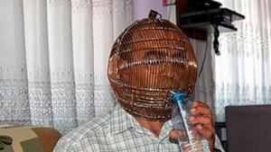 تركي يحبس رأسه داخل قفص حديدي ويعطي مفتاحه لزوجته  Kaf-300x169