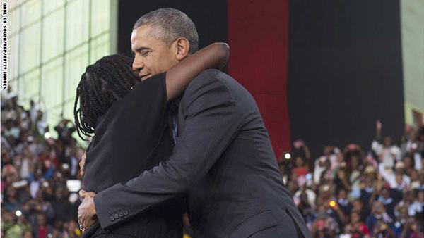 """بالصور: أوباما يعانق شقيقته """"أوما"""" بمسقط رأس والدهما في كينيا"""