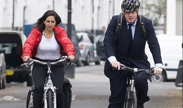 تغريم عمدة لندن بسبب جلوس زوجته خلفه على دراجة بمقعد واحد