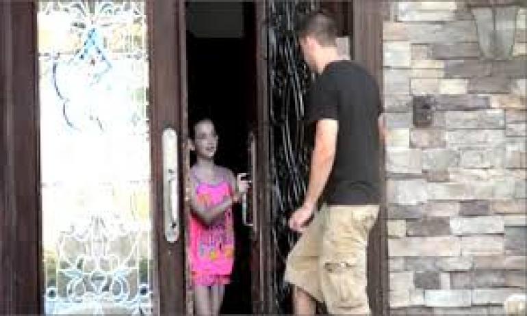 تجربة اجتماعية توضح سهولة فتح الأطفال الباب للغرباء: «النتيجة مخيبة للآمال»