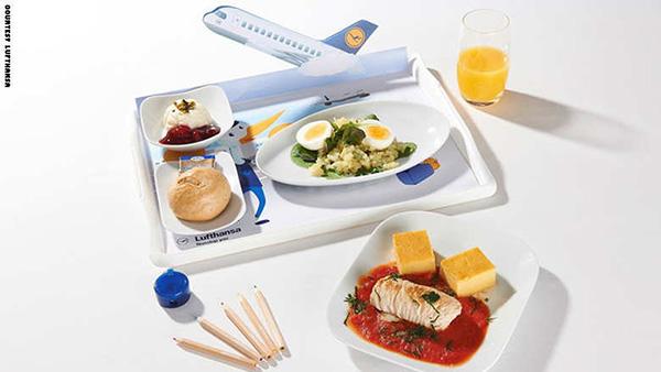 بالصور: لماذا تقدم شركات الطيران وجبات طعام أشهى للأطفال؟