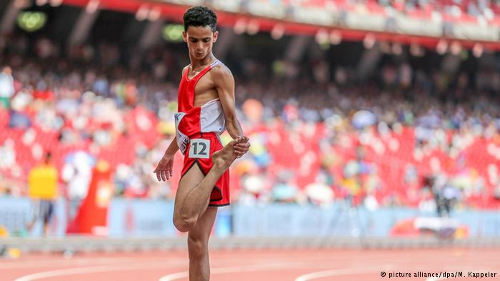 عداء يمني يركض حافيا ويخطف الأضواء في بطولة العالم