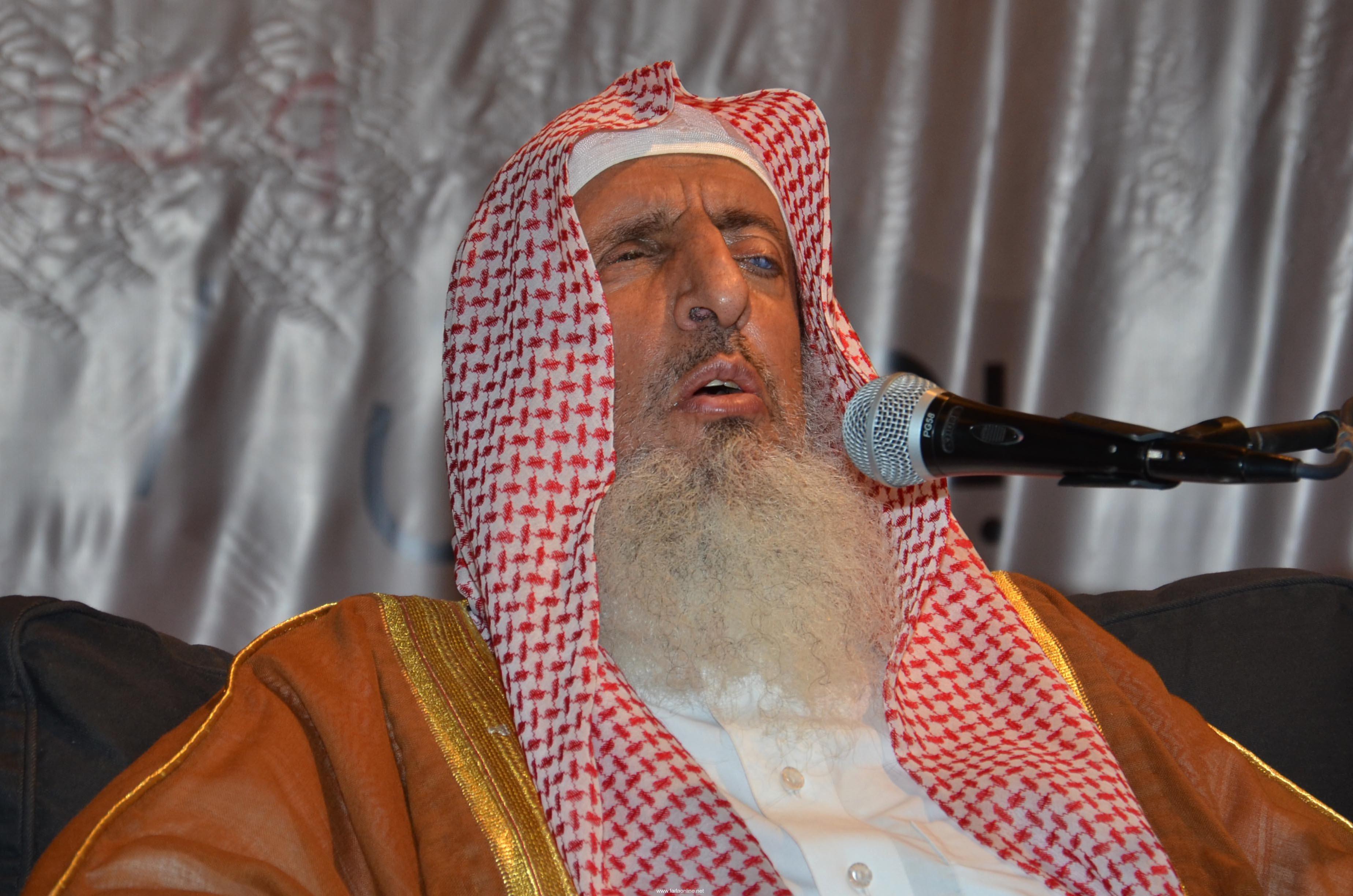 بعد خبر وفاة سماحة مفتي عام المملكة ابنه يطمئن محبيه