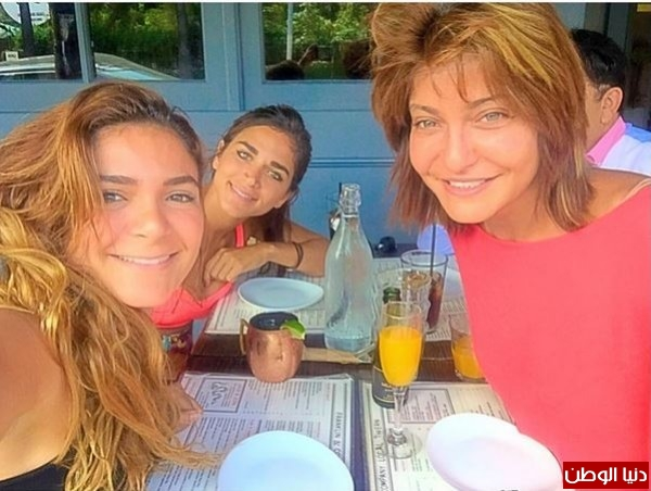 """صور علا غانم مع ابنتيها في أمريكا تُشعل """"فيس بوك"""""""