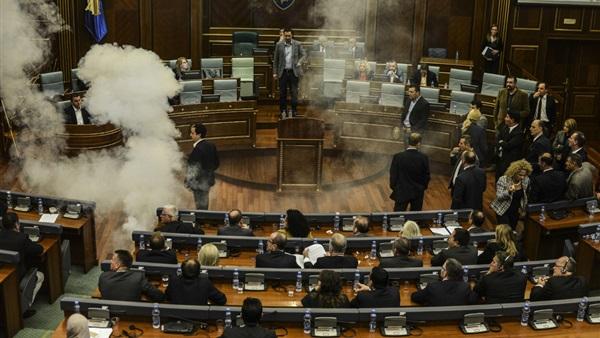 شاهد بالصورة .. نائبة معارضة تطلق عبوة غاز مسيل للدموع داخل البرلمان