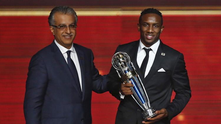 بالصور: الإماراتي أحمد خليل يتوج بجائزة أفضل لاعب في آسيا للعام 2015