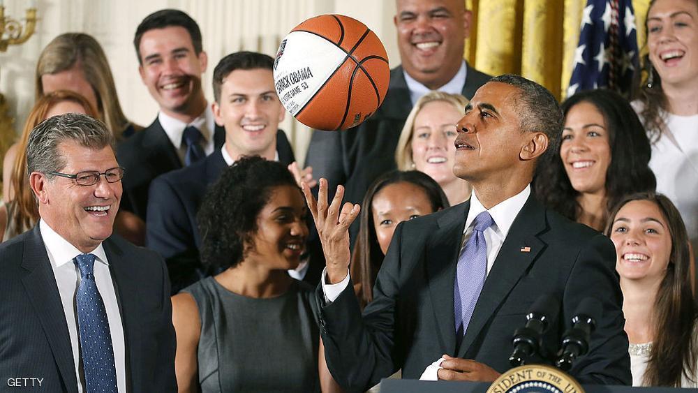 شاهد بالصورة .. أوباما ينشر صورته محتضناً زوجته احتفالاً بالعام الجديد