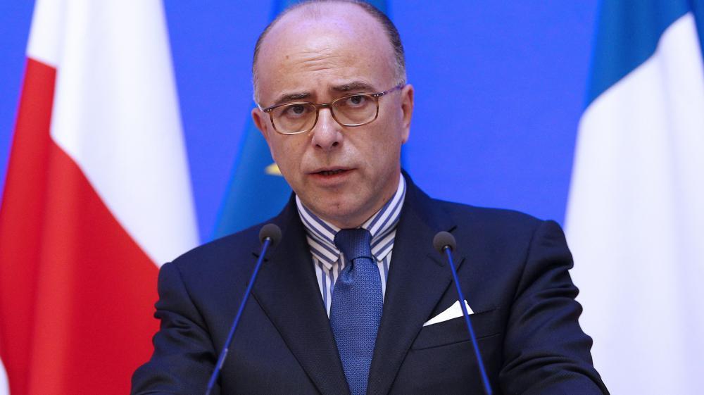 وزير الداخلية الفرنسي يتوعد بإغلاق عدد من المساجد