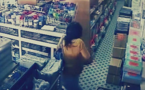 """فتاة تسرق من """"مكتبة"""".. أخذت كل ما وصلت إليه يدها"""