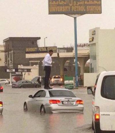 شوارع قطر تغرق في مياه السيول والأمطار