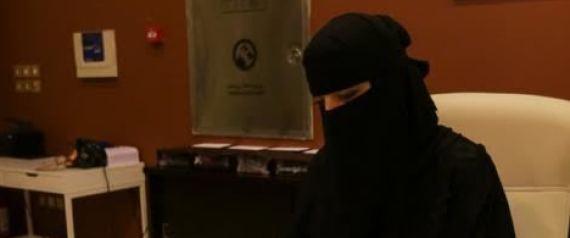 سعودية تنافس الرجال في تصليح الموبايلات بالرياض.. وزبائنها سيدات!