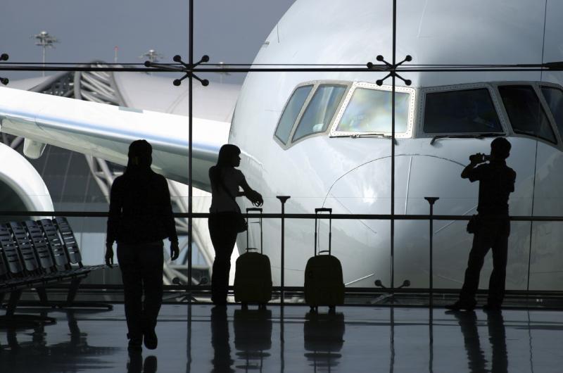 غناء مطرب بطائرة يتسبب في فصل طاقم الطائرة من العمل