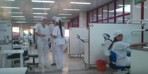 موقف محرج لممرضة أمام زملائها