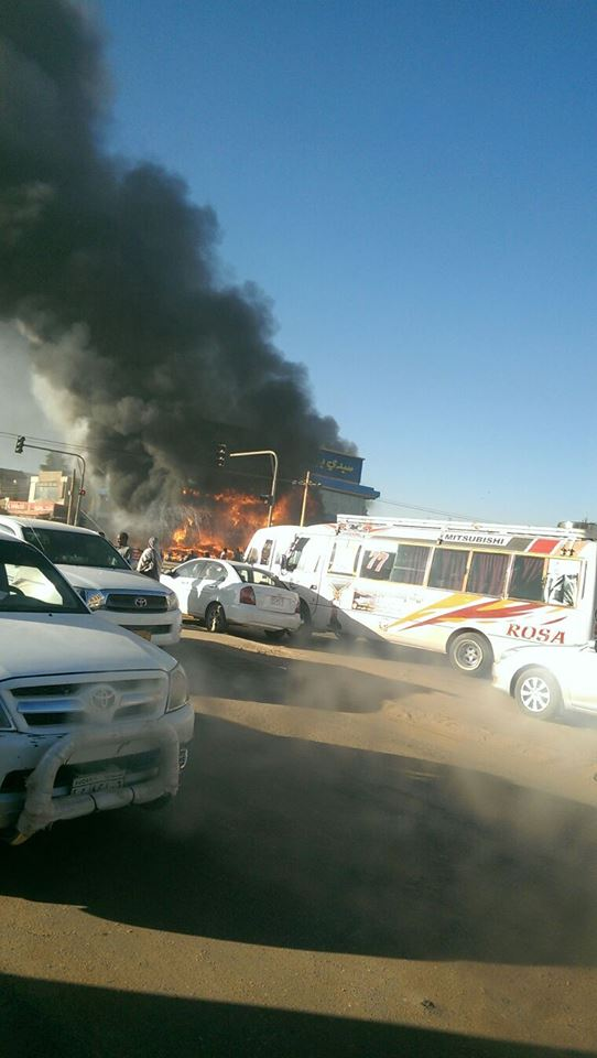بالصور.. حريق هائل في مطعم سيدي بيه بالخرطوم صباح اليوم الإثنين
