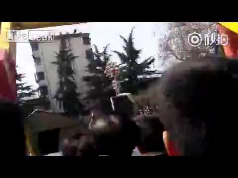 بالفيديو.. لحظة سقوط رجل من أعلى لعبة ملاهي