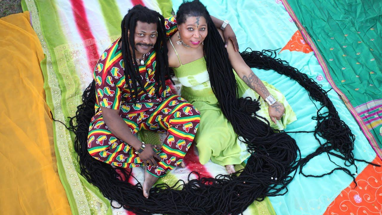 بالفيديو.. صاحبة أطول شعر في العالم تتزوج مصفف شعرها