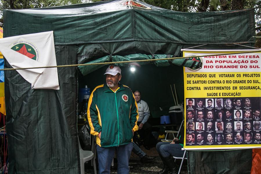 Na barraca dos policiais militares, háum banner com fotos dos deputados qeu votaram contra projetos que afetam serviodres Foto: Guilherme Santos/Sul21